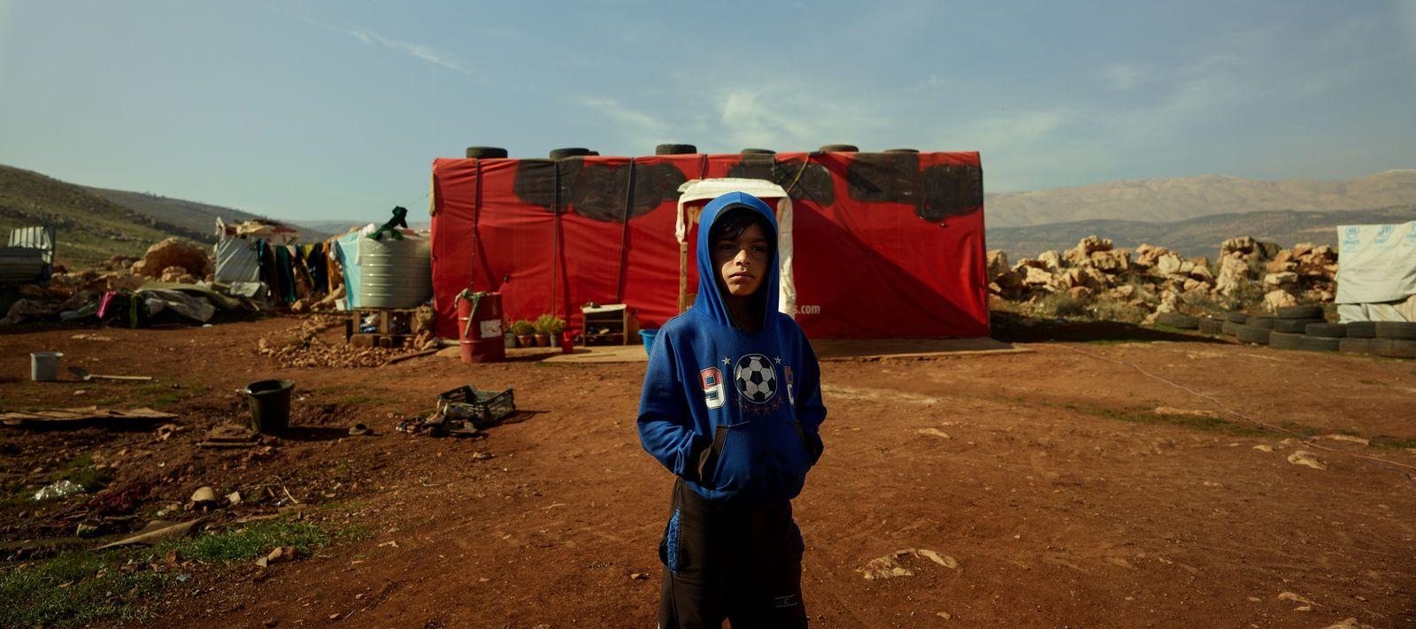 Dans le camps de réfugié.e.s où il habite, non loin de la frontière syrienne, Nadim partage ...