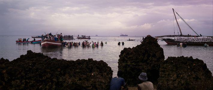 Danse halieutique sur le littoral de Zanzibar, Tanzanie, 2019 - Aux aurores l'on assiste à une ...