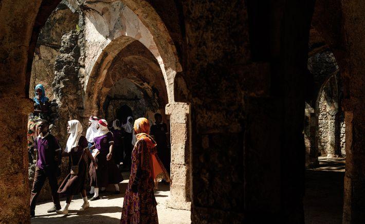 Visite scolaire de la grande mosquée de Kilwa Kisiwani, Kilwa Kisiwani patrimoine mondial de l'Unesco, Tanzanie, ...