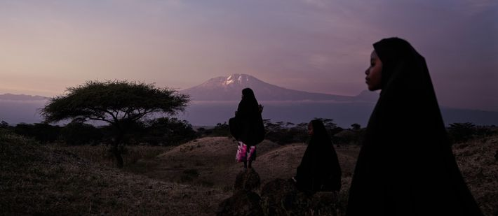 Trois fillettes à Lerai devant le Kilimandjaro, Tanzanie, 2019 - Elles se connaissent depuis toujours et ...