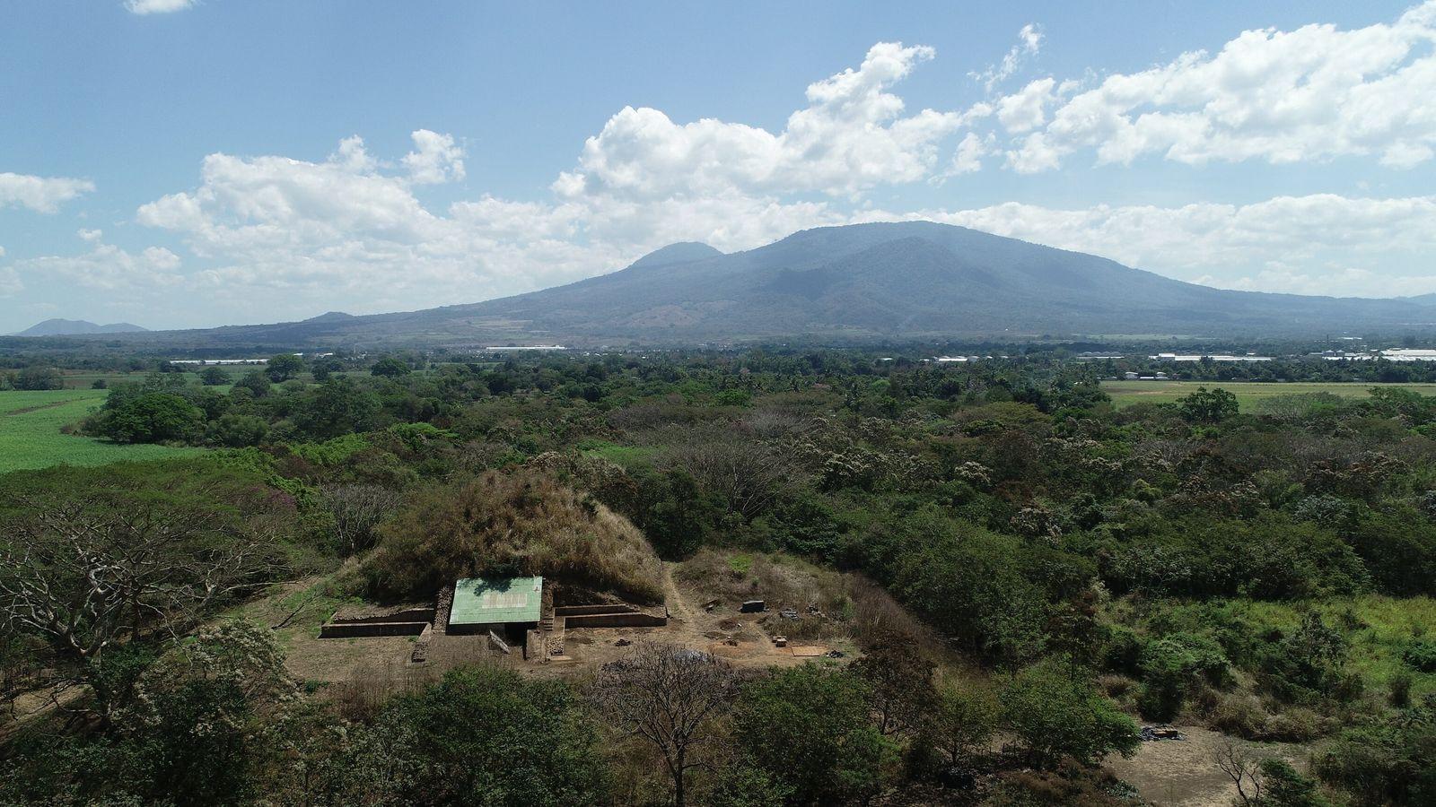 À Salvador, les fouilles effectuées sur une pyramide maya (au premier plan) ont mis en évidence ...