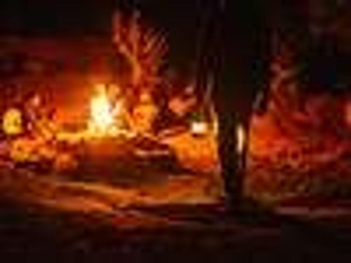 Photo d'un groupe assis autour d'un feu de camp la nuit