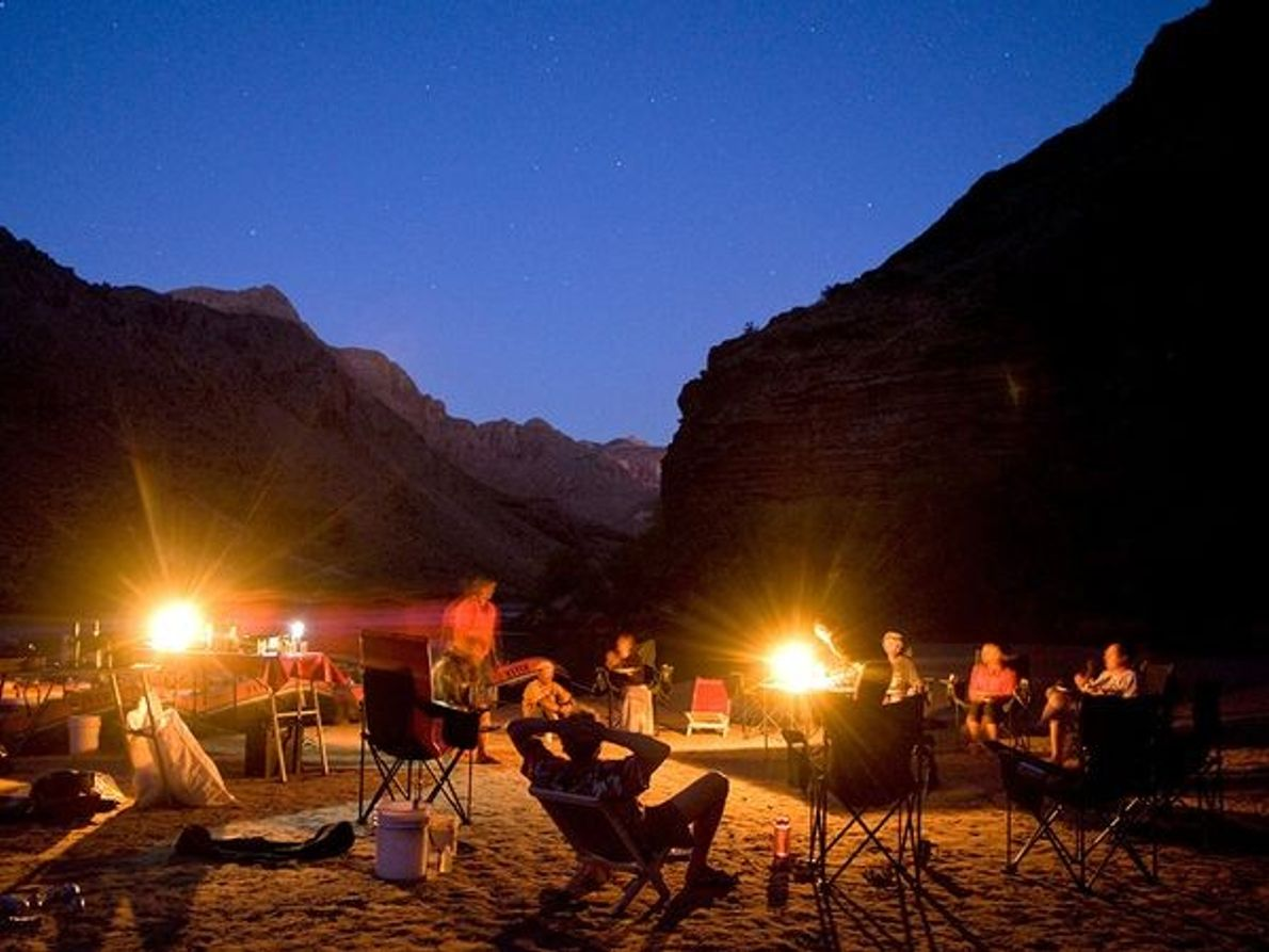 Photo de campeurs appréciant une soirée autour d'un feu de camp