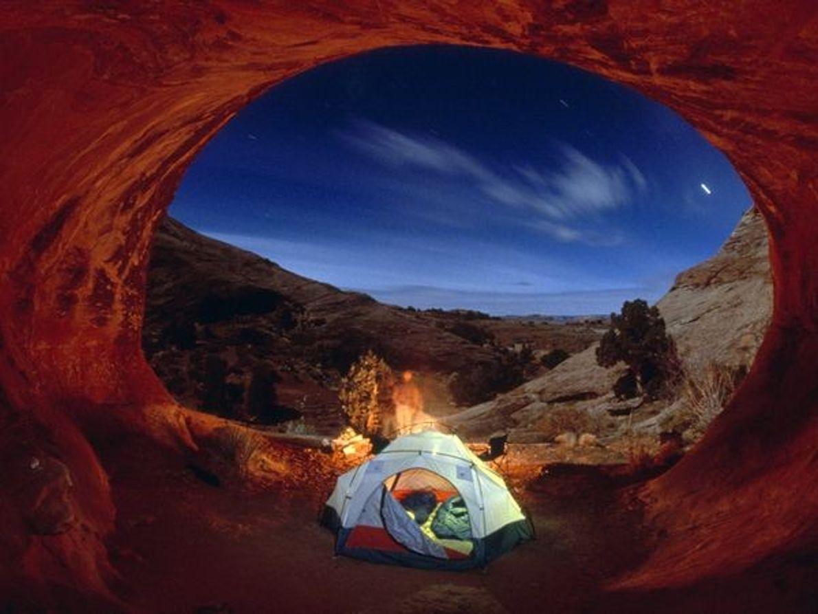 Photo de campeurs sous les étoiles dans le Parc des Arches (Utah)