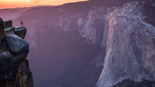 Dans le parc national de Yosemite, un randonneur se tient sur « Taft Point », où ...