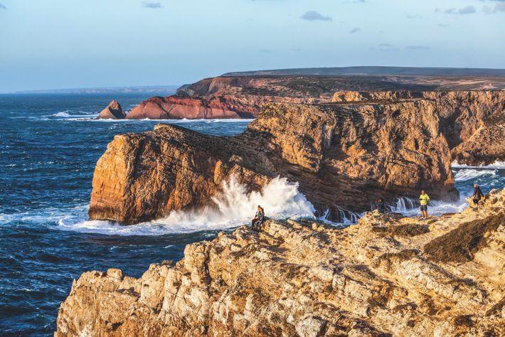 Des touristes prennent un bain de soleil couchant à Sagres, au cap Saint-Vincent, à la pointe ...