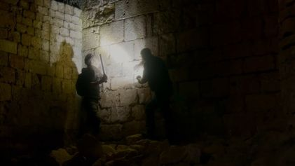 Exploration d'une crypte souterraine du 13e siècle