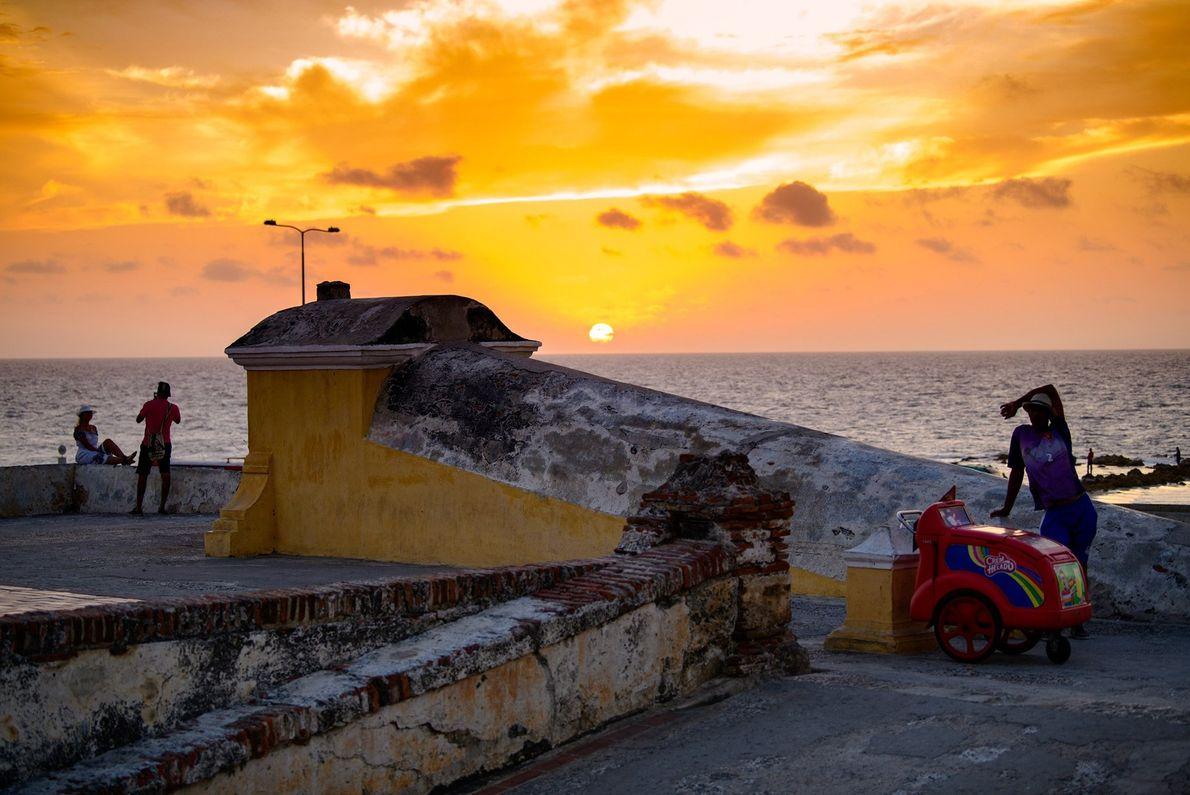 Le Soleil se couche sur la baie de Carthagène, en Colombie, une ville qualifiée d'antique et ...