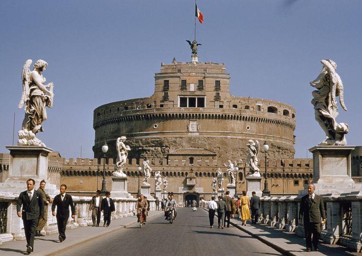 Photographié ici en 1957, le château Saint-Ange abritait à l'origine les restes d'empereurs romains avant d'être ...