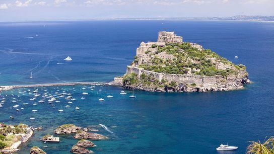 Ischia attire seulement une partie des vacanciers qui font escale entre Capri et Naples.