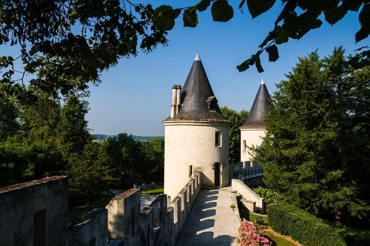 BORDEAUX, FRANCE - Commençons par une forteresse médiévale du XIe siècle nichée entre Bordeaux et Cognac. ...