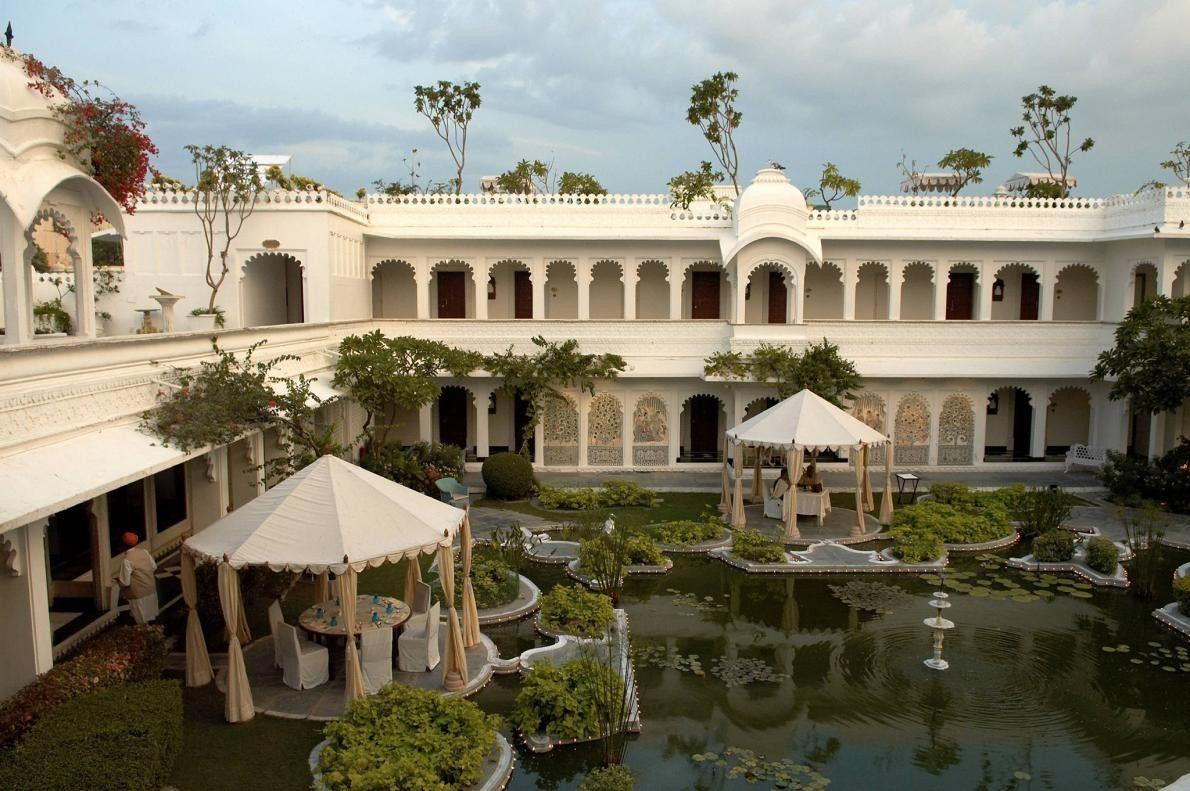 UDAIPUR, INDE - Construit en 1746, le Taj Lake Palace en marbre blanc flotte sur le ...