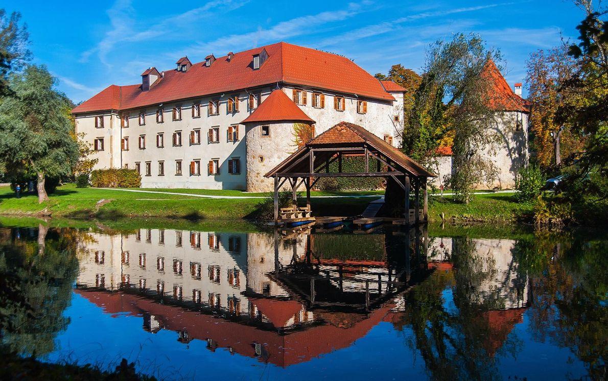 OTOČEC, SLOVÉNIE - Plus de 500 châteaux traversent la Slovénie. Après avoir visité les célèbres grottes ...
