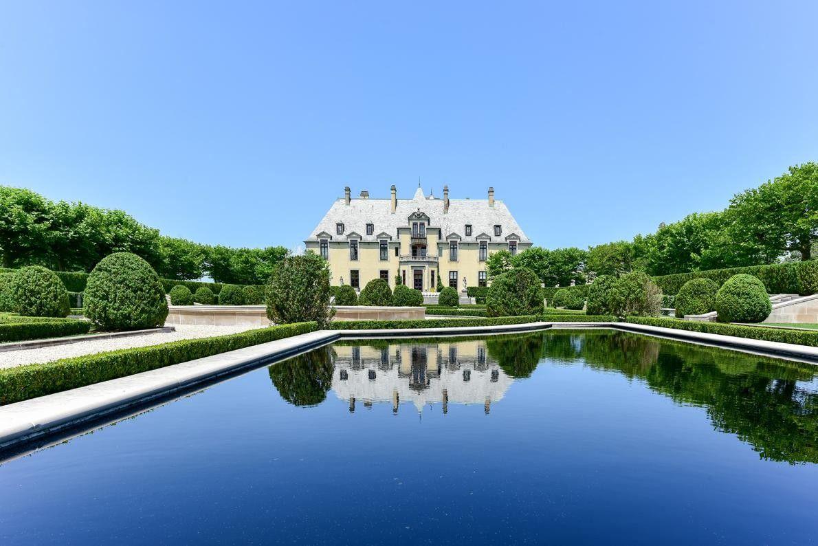 HUNTINGTON, NEW YORK - Damian Spyridon a entretenu les jardins du château d'Oheka pendant 34 ans ...