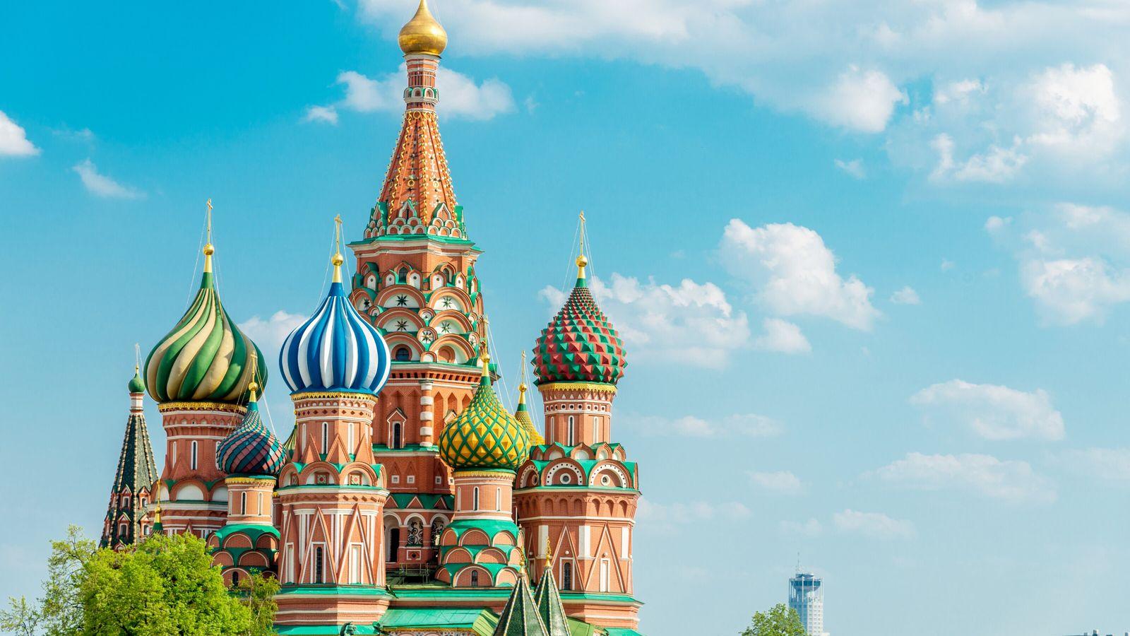 La cathédrale de l'Intercession-de-la-Vierge, aussi appelée cathédrale Basile-le-Bienheureux ou Saint-Basile, se trouve sur la place Rouge de Moscou.