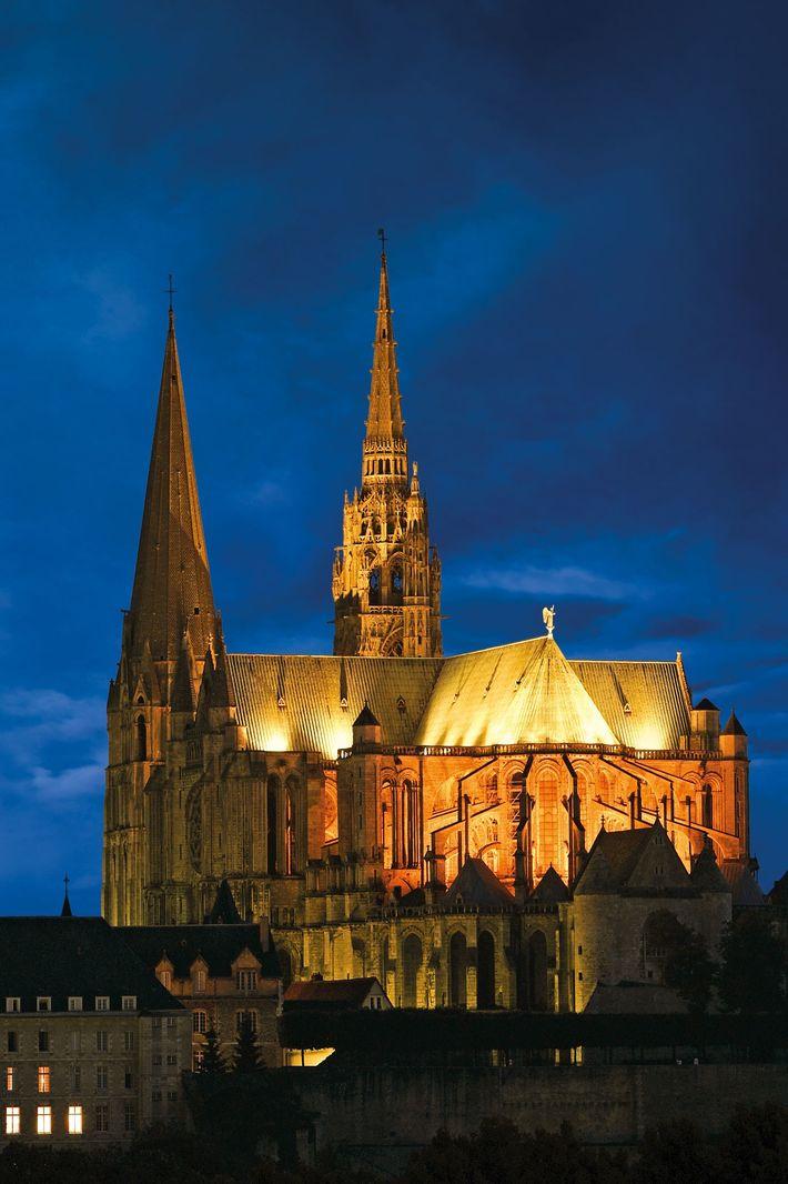 La construction de la cathédrale de Chartres, au sud-ouest de Paris, a commencé au 12e siècle.De ...