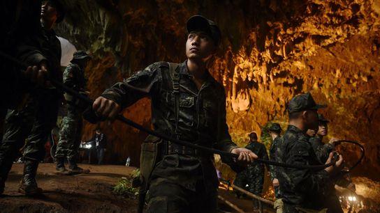 Lors de l'opération de sauvetage, des soldats thaïlandais descendent un câble électrique au fond de la ...