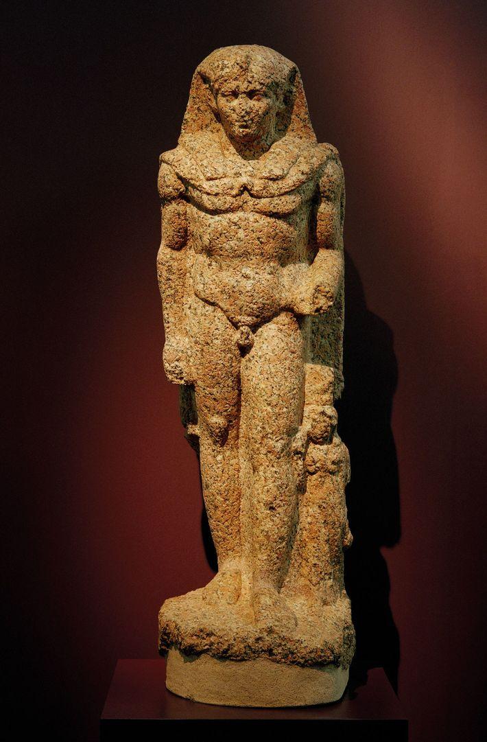 Césarion porte la coiffe rayée (nemes) des pharaons - statue de granit rose du premier siècle ...