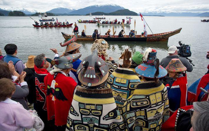 Au cours d'une cérémonie, les membres du clan Tlingit d'Auke Bay accueillent les canoës sur le ...