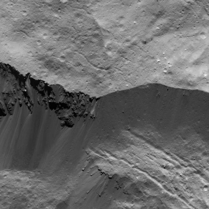 Cette image d'un mur du cratère Occator a été prise par la sonde Dawn de la ...