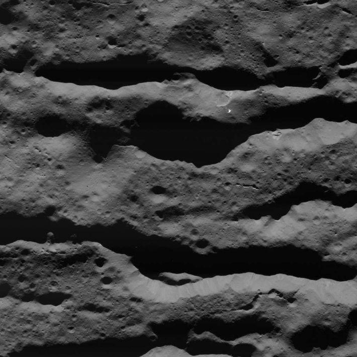 Des fractures profondes dans le cratère Occator, capturées par la sonde Dawn de la NASA le ...