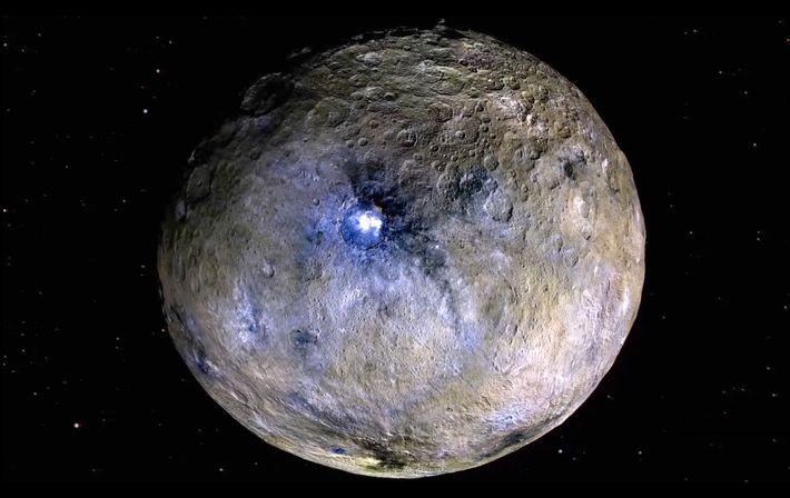 Cette image en fausses couleurs de Cérès met en évidence les différences au niveau des minéraux ...