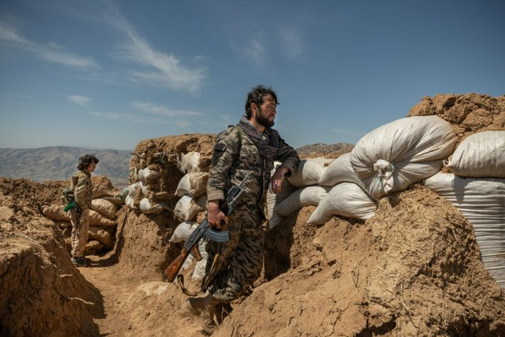 Abdul Wahab, 28 ans, un ancien combattant taliban qui a rejoint une milice anti-talibans, monte la ...