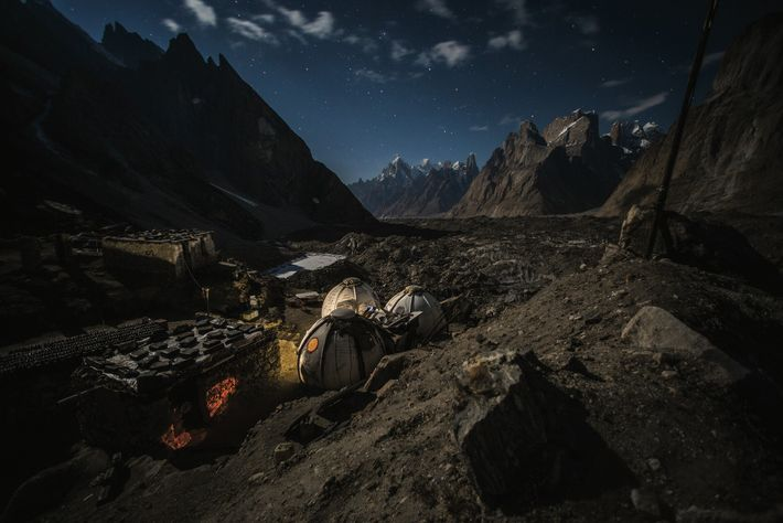 Quatre recrues tiennent le poste d'Urdukas, en surplomb du glacier du Baltoro, à 4 000 m. Les ...
