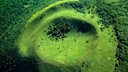 LA CHAÎNE DES PUYS : GÉANTS ENDORMIS.  Chapelet de quatre-vingt cratères s'étendant sur une trentaine de kilomètres, la ...
