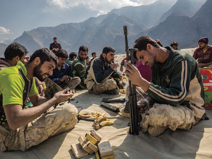 Au champ de tir de Sarfaranga, non loin de Skardu, des soldats pakistanais nettoient leurs fusils ...