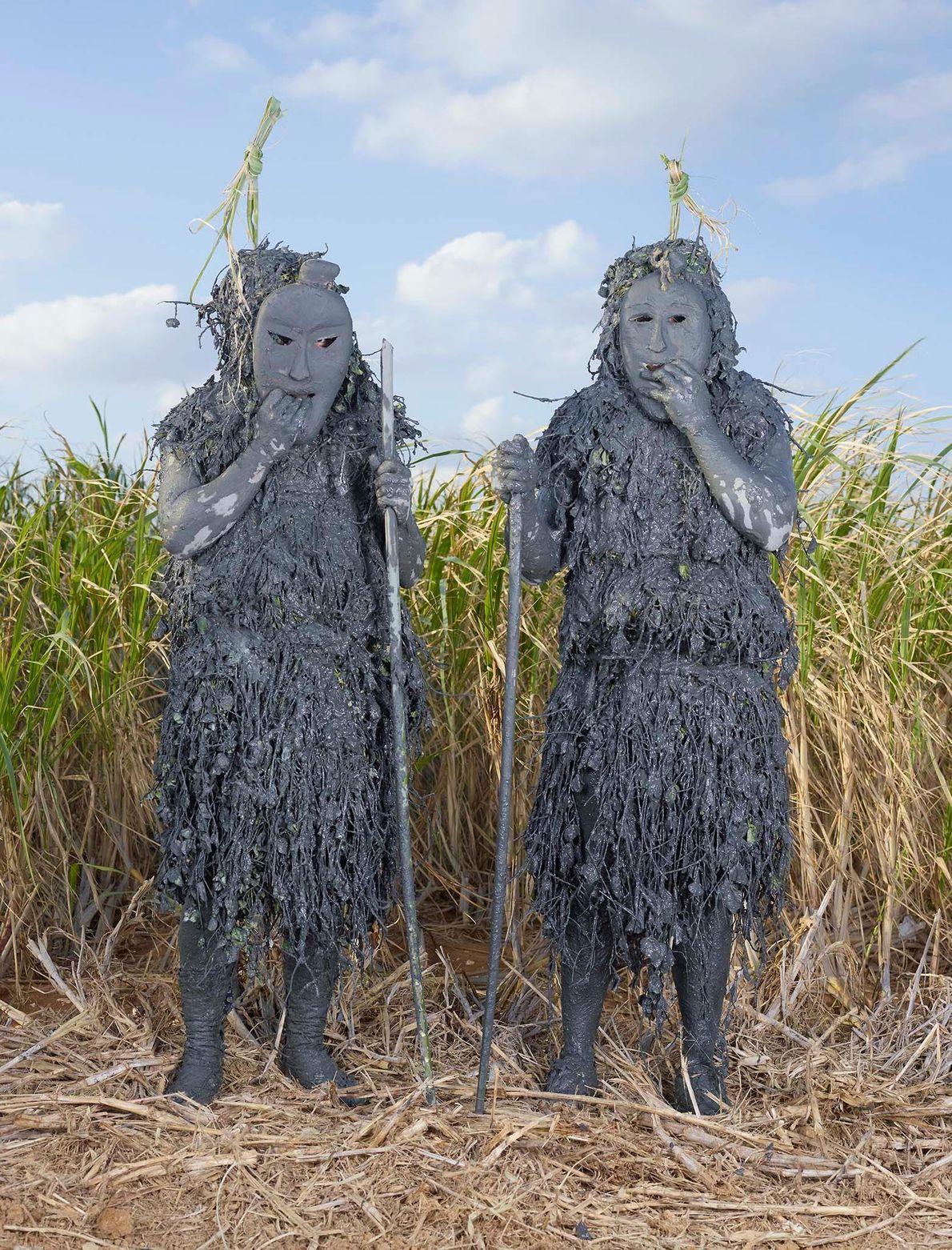 Des personnes portant des masques de boue