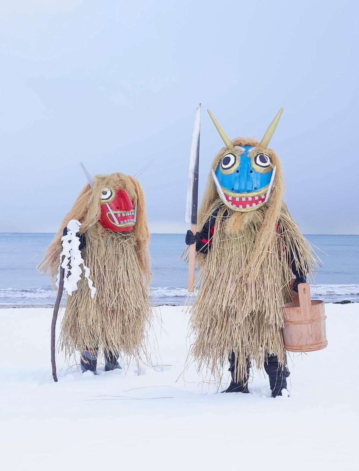 Des personnes portant des masques de monstres
