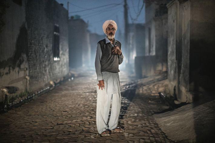 Effets de la chimie : l'arthrite déforme les mains de Resham Singh, un charpentier. Cause possible, ...