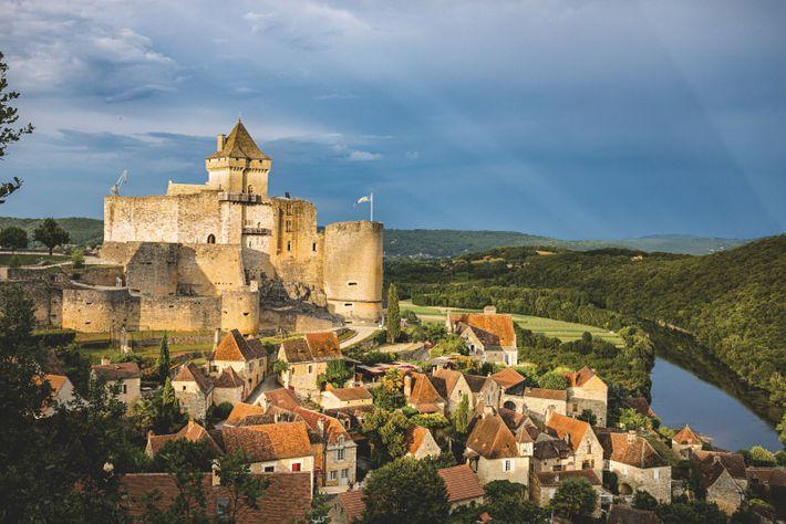 Le château de Castelnaud surplombe la Dordogne et propose toute l'année des événements interactifs et familiaux ...