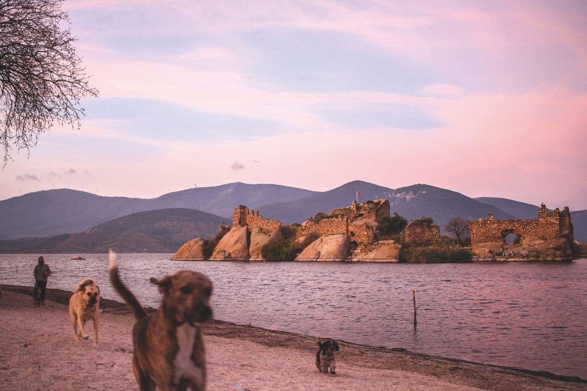 Le Chemin de Carie, Turquie. Les ruines du monastère byzantin de Yediler, sur les rives du ...