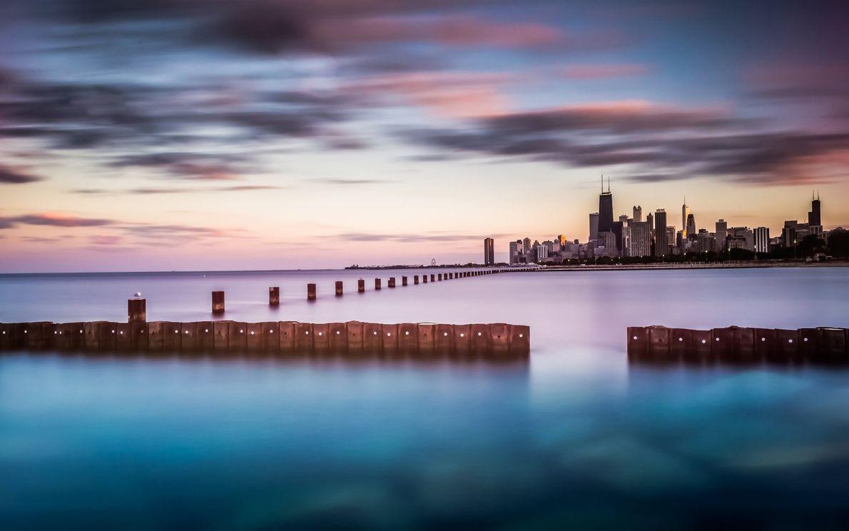 Les quarante kilomètres de la skyline de Chicago vus depuis l'autre berge du lac Michigan, le ...