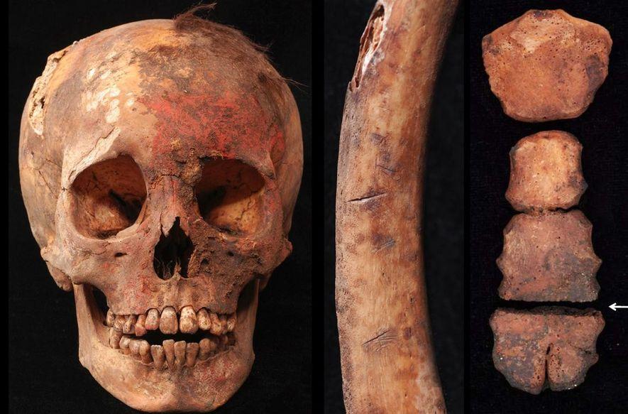 Les restes humains de meurtres rituels comprennent un crâne coloré avec du pigment rouge à base ...