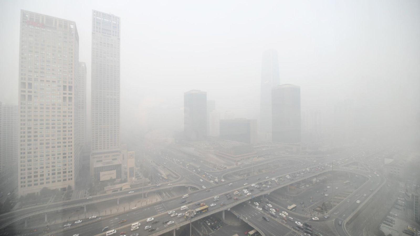 Les buildings sont enrobés d'un épais nuage à Pékin. Une nouvelle étude attribue la forte pollution ...
