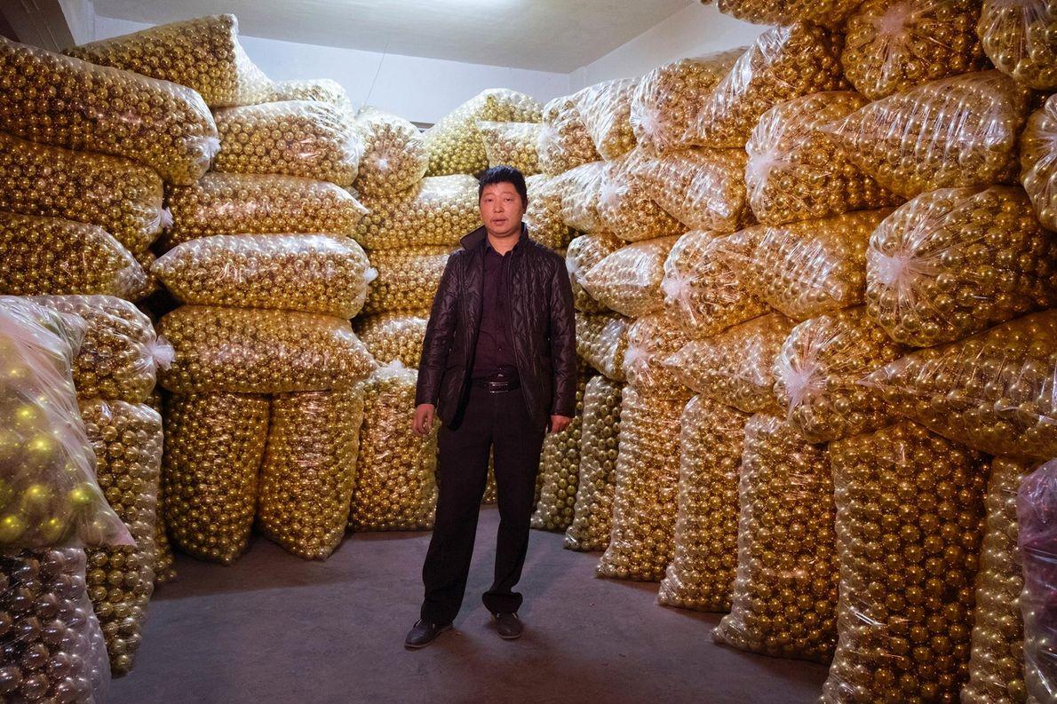 Uan Xiao Fyn, propriétaire d'une entreprise qui fabrique des boules de Noël, pose dans l'un de ...