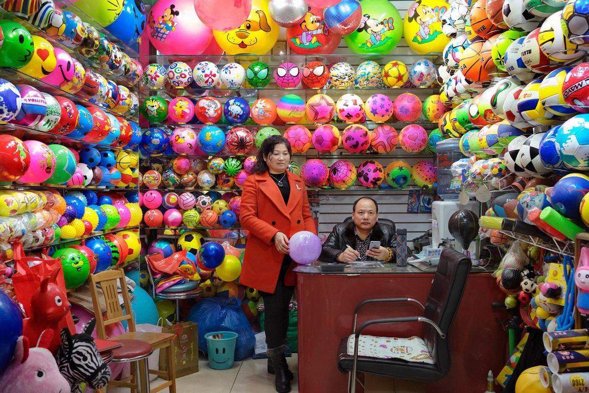 Un stand vendant des ballons de plage en plastique dans le département des jouets du marché ...