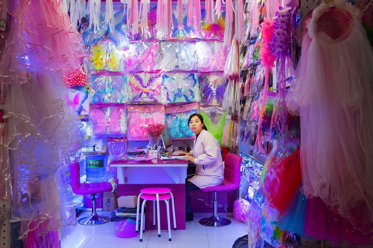 Un stand de vêtements fantaisie pour enfants au sein du marché central.