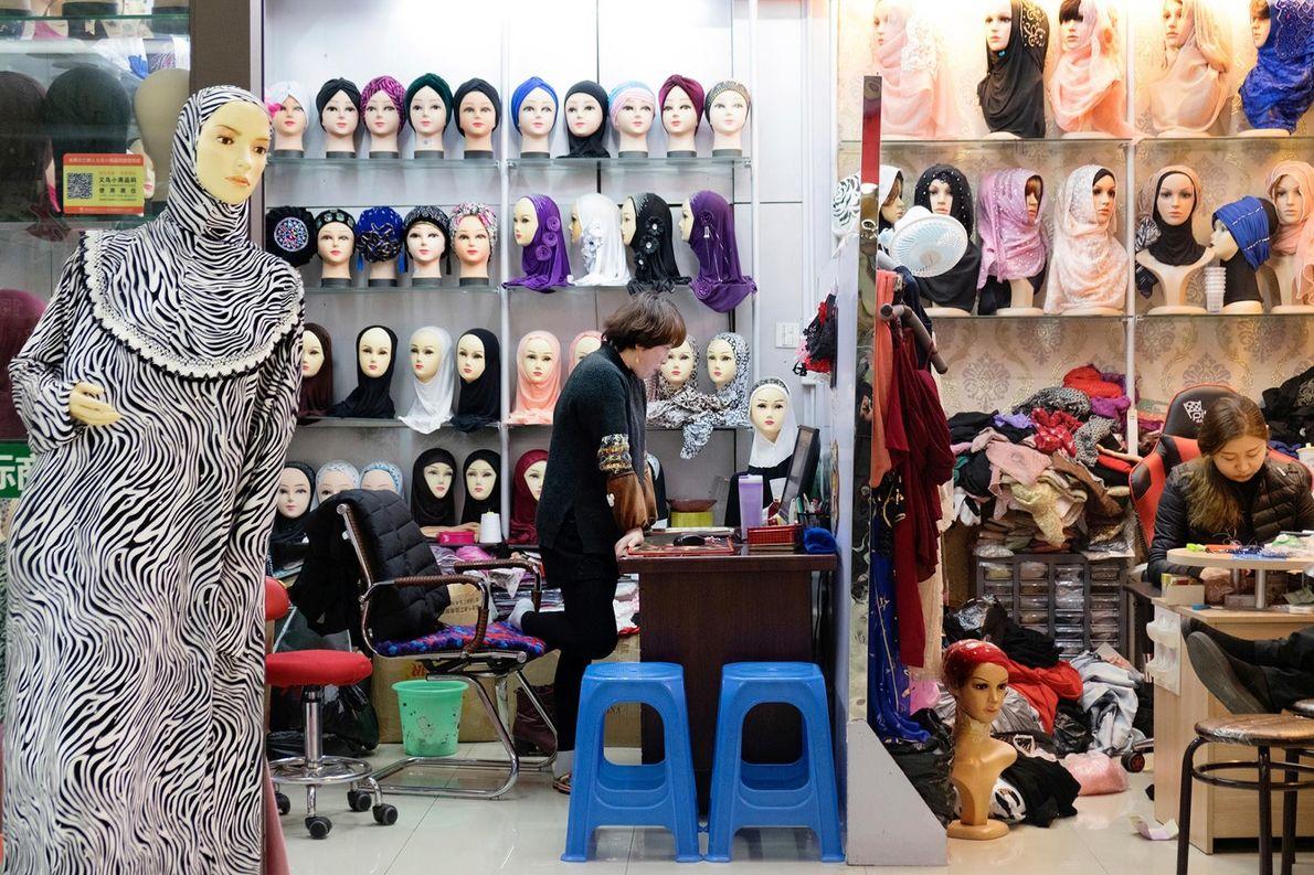 Au sein du marché central, cette commerçante vend en gros des foulards destinés aux femmes musulmanes.