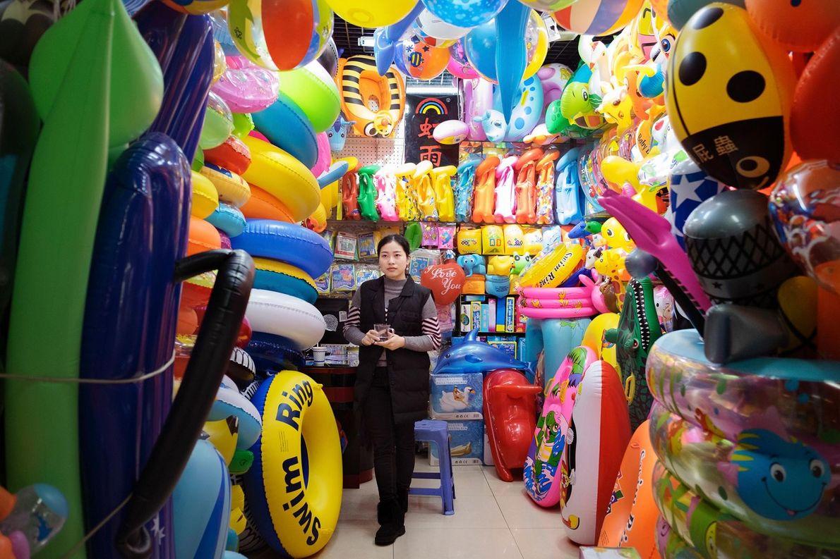 Un stand proposant des articles de plage, dans le département des jouets du marché central.