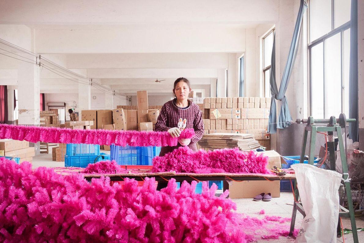 Xu Xiao travaille dans une usine qui fabrique des arbres de Noël.