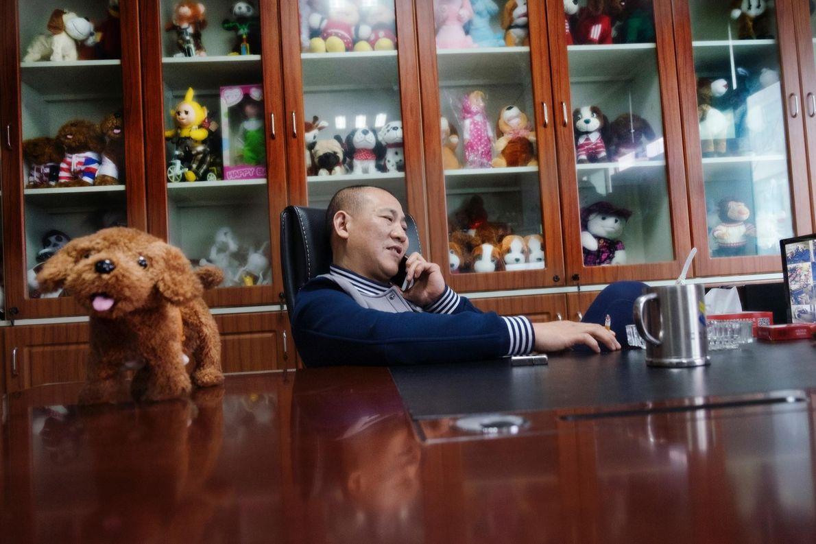 Song Zhuo, l'un des propriétaires d'une usine de jouets dans le département dédié, est au téléphone ...