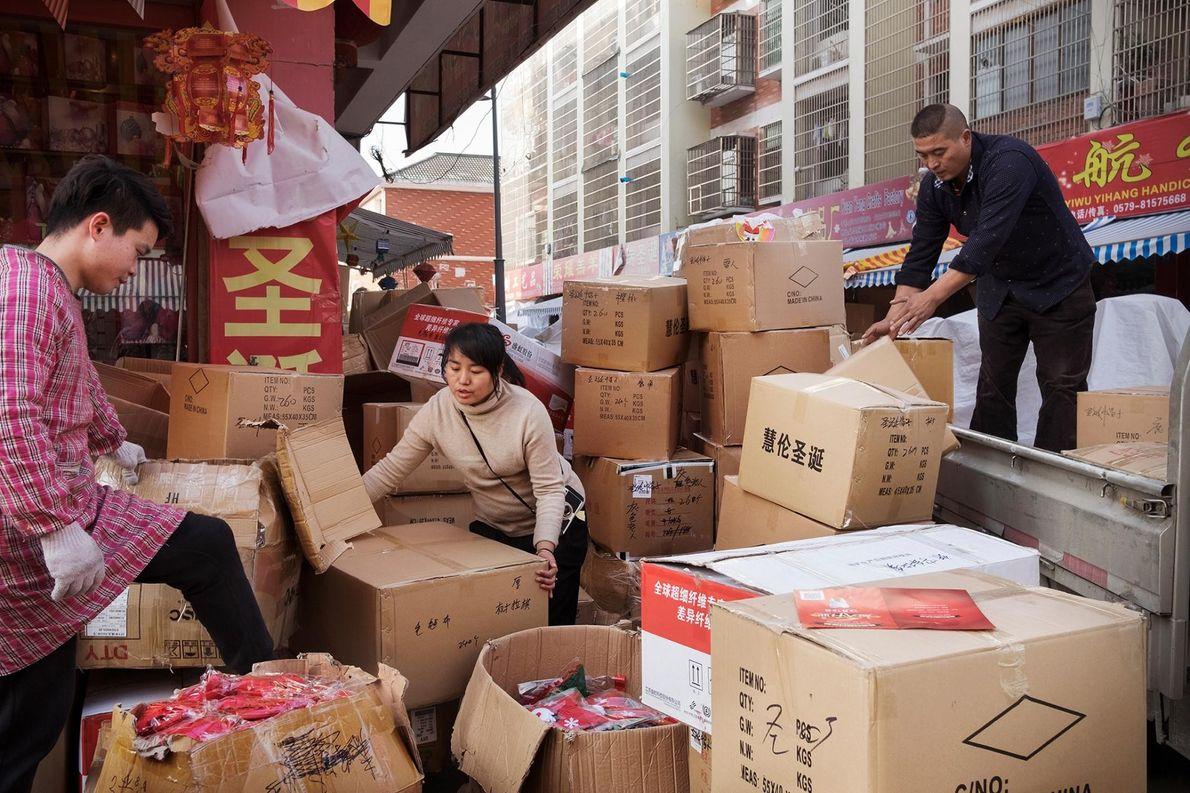 Dans le « département de Noël » du marché central, des vendeurs gèrent l'arrivée de cartons ...