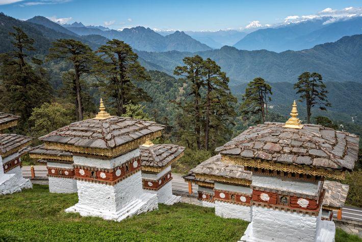 Le col de Dochula relie Thimphou à Punakha, le sentier est bordé par 108 chörtens ou stupas ...