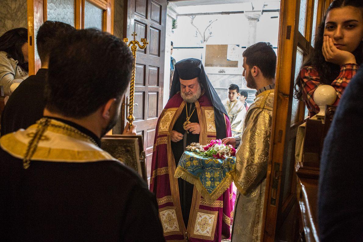 L'archevêque Alexios s'apprête à célébrer la messe dans le lieu de culte bâti au 5ee siècle. ...