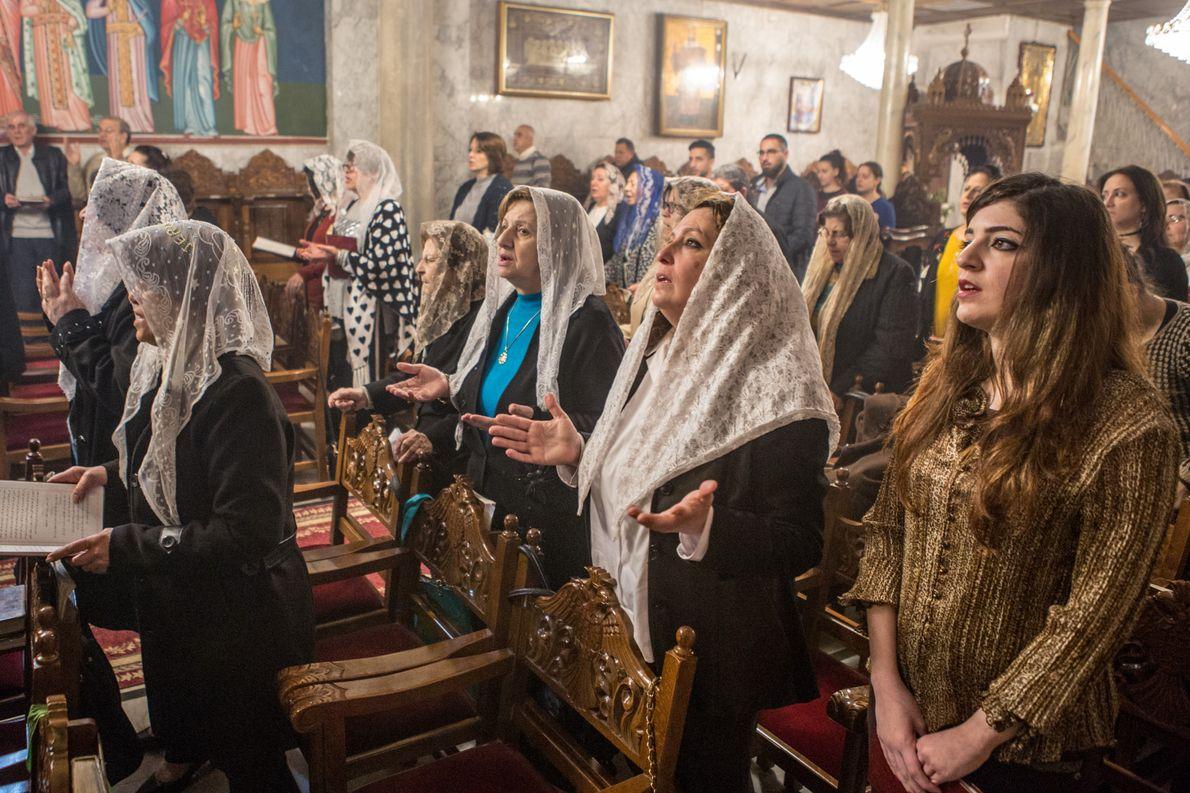 Des femmes prient dans la plus ancienne église encore en activité dans la bande de Gaza. ...