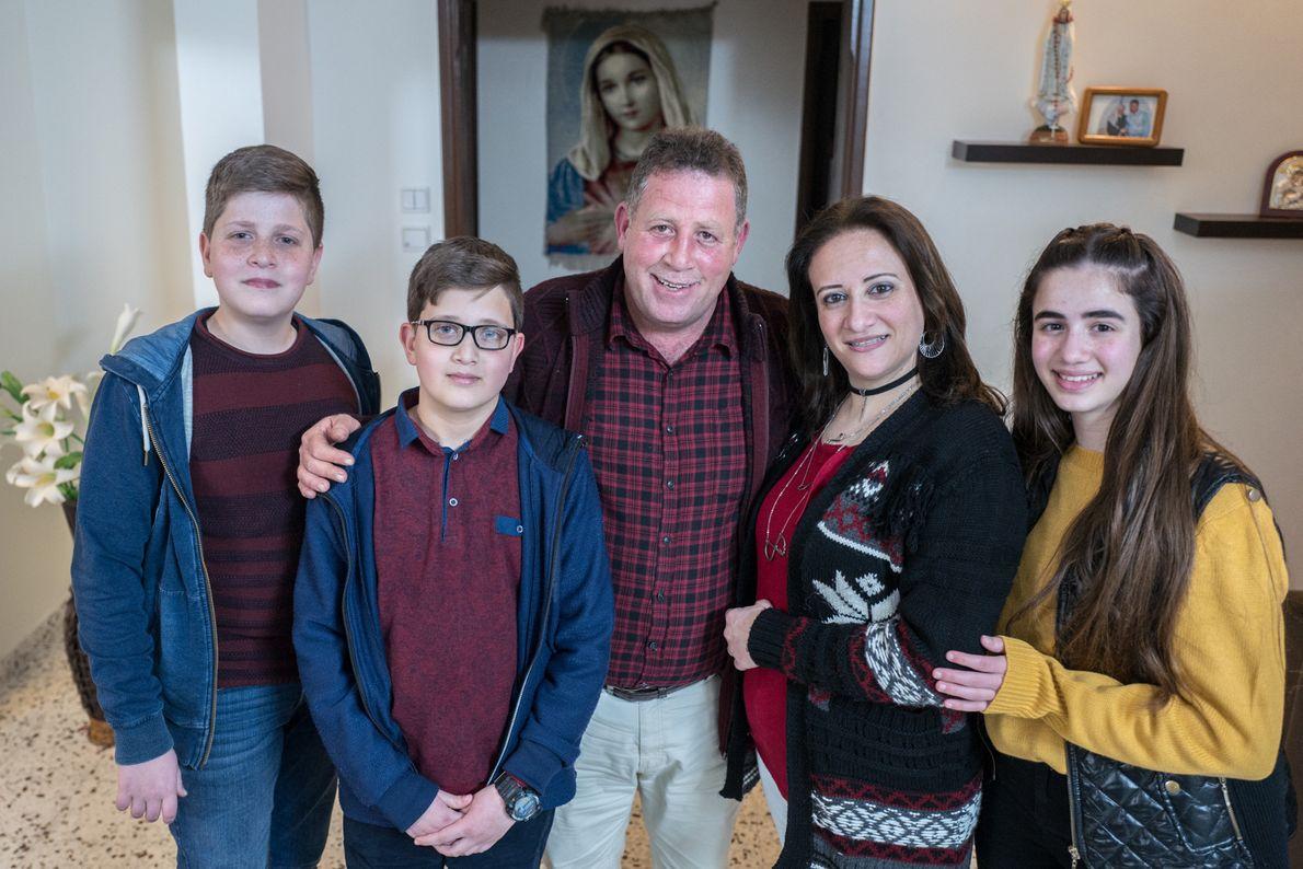 Tawfiq et Carol Al Sayegh avec leurs enfants Issa Majd et Seham dans leur appartement. Comme ...
